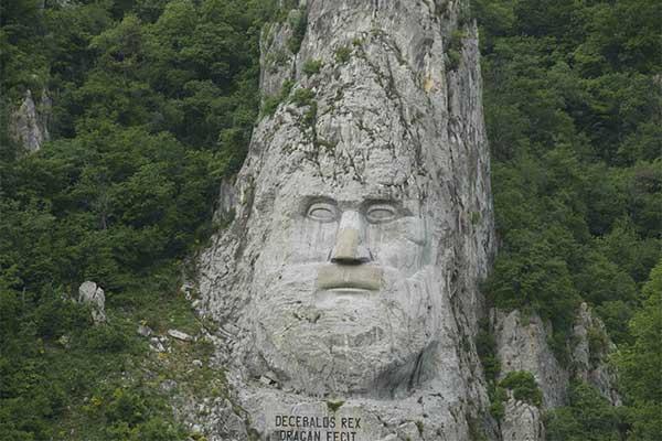 Decibal sziklaszobra