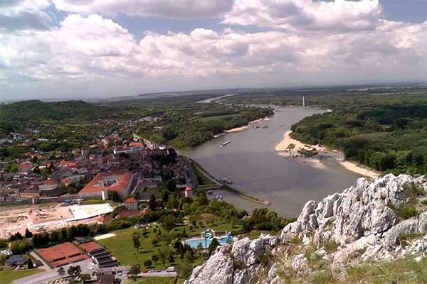 Hainburg és a Duna a Braunsbergről