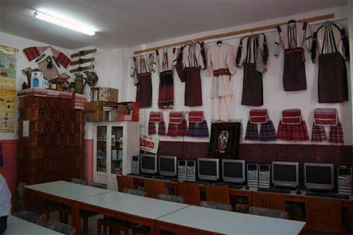 Lészped - csángó viselet az iskola falán